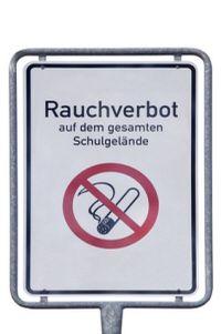 Schild mit Rauchverbot
